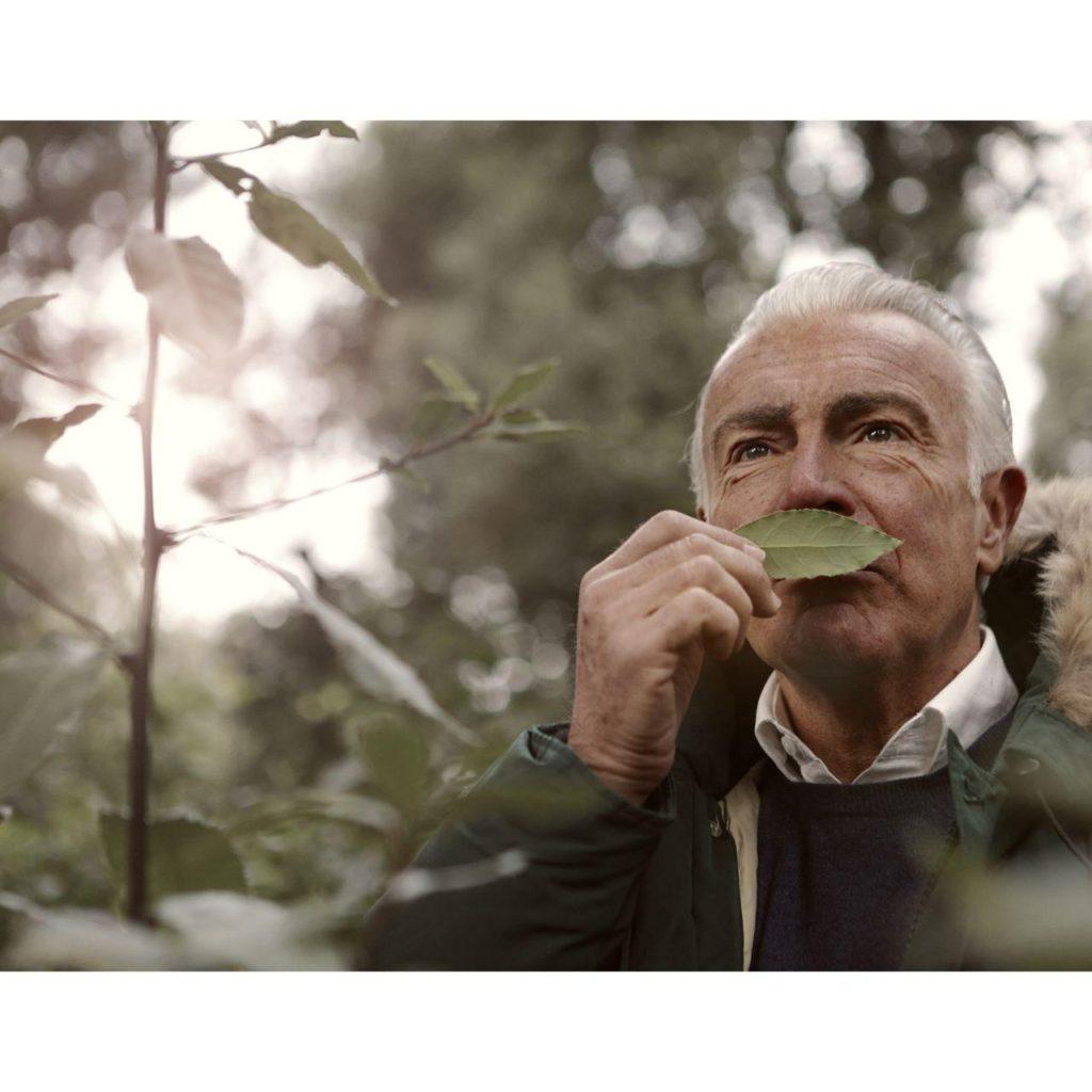 Мужчина проверяет свое обоняния лавровым листом